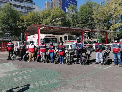 """Voluntarios de la Cruz Roja Mexicana del programa """"Voluntarios sobre ruedas"""", en su labor de lucha contra la pandemia"""