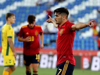 Brahim Díaz celebra el segundo gol de España a Lituania.