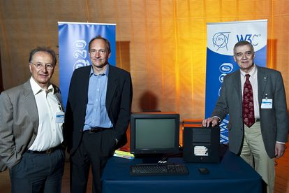 Ben Segal (izquierda) junto a Tim Berners-Lee (centro) y Robert Cailliau (derecha) posan con el ordenador NeXT con el que se creó la web.