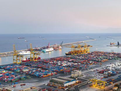 Puerto de Barcelona, por donde pasan entre 3.000 y 4.000 camiones diarios para carga y descarga de contenedores.