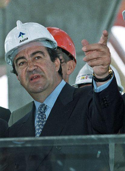 Álvarez-Cascos, en las obras de la T-4, en 2002.