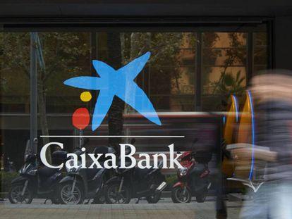 Vista exterior de una oficina de CaixaBank.