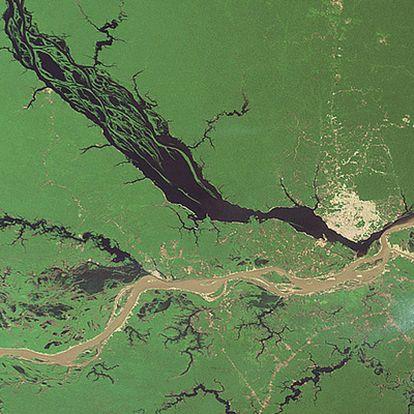 Encuentro de las aguas del río Negro y el Solimoes, procedente de los Andes peruanos, en Manaos para formar el Amazonas.