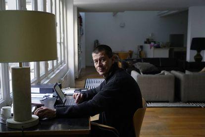 Emmanuel Carrère, en su domicilio en París.