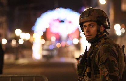 Un militar en las calles de Estrasburgo, este miércoles después del tiroteo.