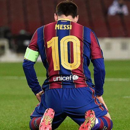El delantero argentino del Barcelona Lionel Messi se lamenta en el suelo tras perder una oportunidad de gol.