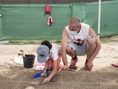 Vicky, con su padre Miguel Ángel, se afana en retirar la tierra en su cuadrícula, en el yacimiento Complutum de Alcalá.