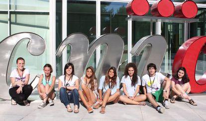 Los ocho jóvenes que han participado en el programa Acércate del CNIC.
