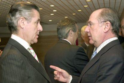 Rodrigo Rato, en 2003, cuando era  vicepresidente segundo del Gobierno, charlando con el entonces presidente de Caja Madrid, Miguel Blesa