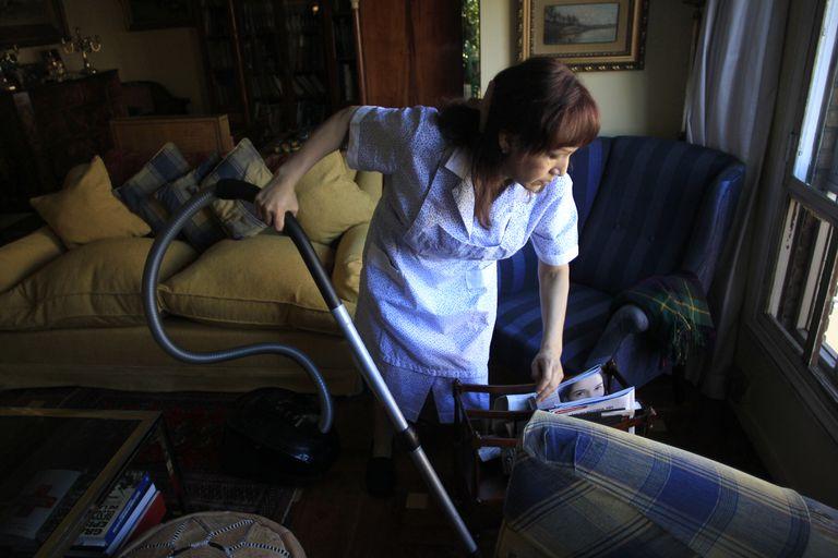 Una empleada de hogar trabajando en una casa en Madrid.