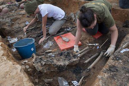 Trabajos de exhumación en la fosa de La Pedraja (Burgos), donde se han hallado 96 cuerpos.