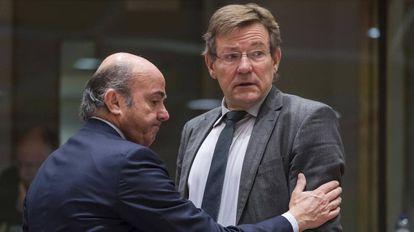 Luis de Guindos, ministro de Economía, junto a su homólogo belga, Johan Van Overtveldt, este viernes.
