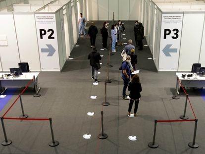 Varias personas esperan para ser inmunizadas en el 'vacunódronomo' del Bilbao Exhibition Centre, este sábado.