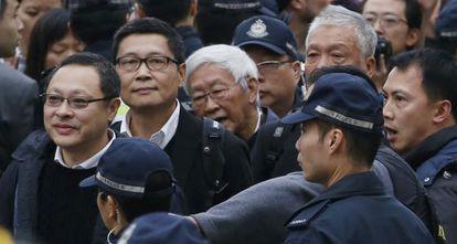 Benny Tai, Chan Kin-man, Joseph Zen y Chu Yiu-ming se entregan