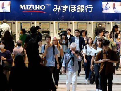 Vista de la entrada subterránea a un centro comercial en Tokio.