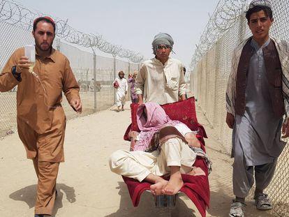 Ciudadanos afganos cruzan la frontera de Chaman, entre Pakistan y Afganistán, este martes.