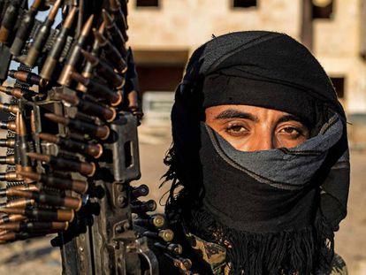 Un miembro de las Fuerzas Democráticas Sirias, este martes en Baguz.