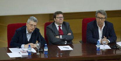 José Luis Diez, catedrático de Derecho Penal, el decano de la Facultad de Derecho, Juan José Hinojosa, y el fiscal Francisco Montijano, en la mesa redonda celebrada en la Facultad de Derecho de Málaga.