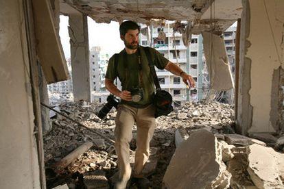 El fotógrafo estadounidense Chris Hondros camina entre las ruinas de un edificio del sur de Beirtu, Líbano. Hondros, de 41 años, falleció debido a las heridas causadas por un ataque con morteros por parte de las tropas leales a Gadafi en la ciudad de Misrata. En el bombardeo, también murió el fotógrafo y documentalista Tim Hetherington.