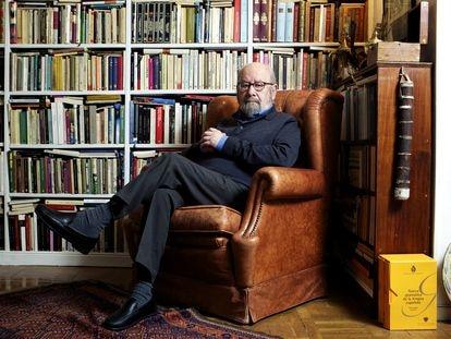 El escritor José Manuel Caballero Bonald, en su casa de Madrid, en 2003.
