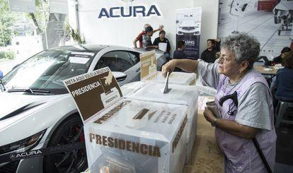 Una ciudadana vota en una casilla en Ciudad de México.