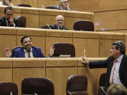 El senador del PP David Erguido levanta las manos ante el ministro José Luis Escrivá, en un pleno de la Cámara alta.
