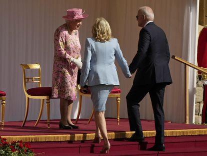 La reina Isabel II saluda al presidente Biden y su esposa Jill en el castillo de Windsor, al oeste de Londres este domingo.