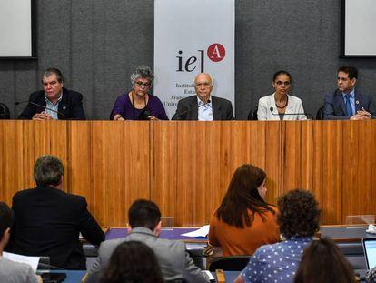 Los exministros de Medio Ambiente de Brasil Jose Carlos Carvalho, Carlos Minc, Marina Silva, Rubens Ricupero, Izabella Teixeira, Sarney Filho y Edson Duarte.