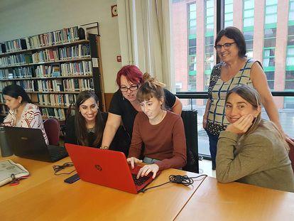 Montserrat Boix da instrucciones para editar la Wikipedia durante la 'editatona' por el Día de las Escritoras, en Oviedo en 2016.