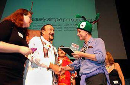El Nobel de Química Richard Roberts (derecha) entrega el Ig Nobel de Fisiología a Philip Zimbardo (centro), el 2 de octubre.
