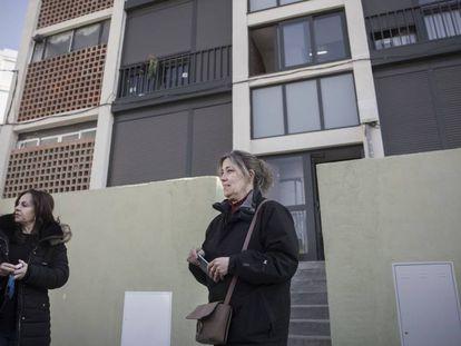 Gloria y Pilar frente a su edificio rehabilitado