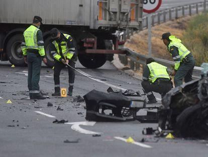 La Guardia Civil de Tráfico delimita un perímetro en la carretera CL-605, en Anaya (Segovia), tras un accidente de tráfico, el 1 de septiembre.