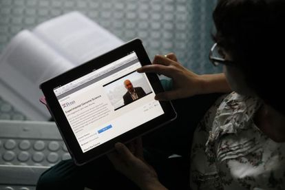 Una alumna sigue la clase a través de su tableta.