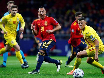 Cazorla pasa el balón ante Rumania.