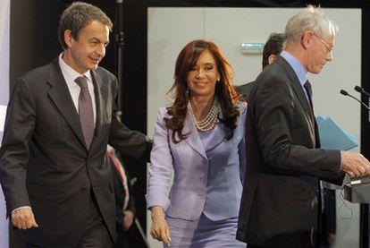 De izquierda a derecha, Zapatero, Cristina Fernández y  Van Rompuy