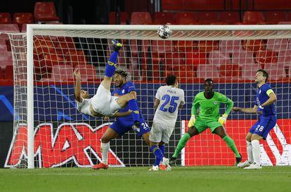 Taremi marca de chilena el gol del Oporto en el último minuto.