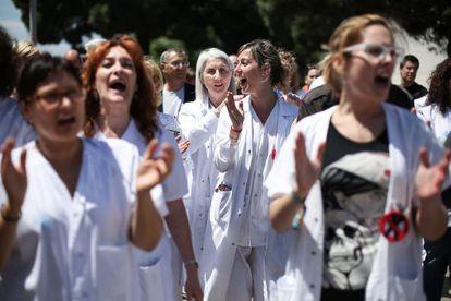 Protesta de profesionales y usuarios del Hospital de Bellvitge a finales de junio.
