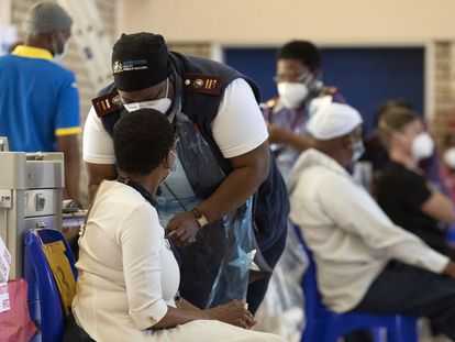 Un sanitario administra una dosis de la vacuna contra la covid-19 en el hospital Chris Hani Baragwanath de Soweto, en Johanesburgo, Sudáfrica.