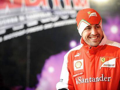 Fernando Alonso, sonríe durante un encuentro con aficionados.