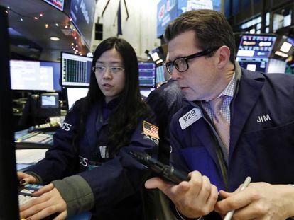 Dos operadores de la Bolsa de Nueva York (Wall Street).