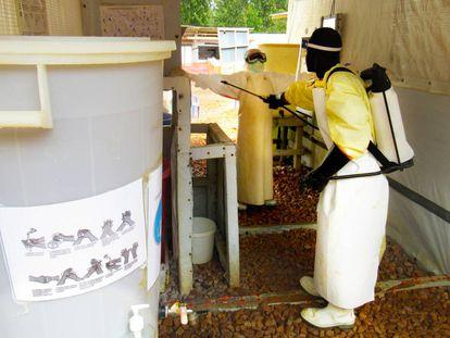 Un enfermero recibe una ducha de descontaminación en el Centro de Tratamiento del Ébola de Butembo.