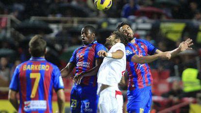 Fazio pelea por el cuero ante dos jugadores del Levante.