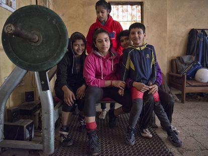 Anu Tomar, en el centro, posa en un 'akhara' de Delhi junto a otras luchadoras de kushti más jóvenes. Grupos de mujeres como ellas han irrumpido en una disciplina tradicionalmente reservada a los hombres y se enfrentan con sus éxitos a las convenciones sociales de un país que las denigra.