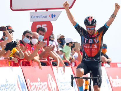Damiano Caruso, celebra su victoria en la novena etapa de la Vuelta Ciclista a España, entre Puerto Lumbreras y el Alto de Velefique este domingo.