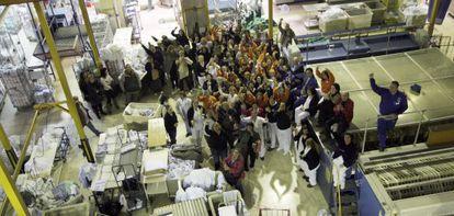 Trabajadores de la lavandería hospitalaria central, reunidos ayer tras decidir el plante laboral.