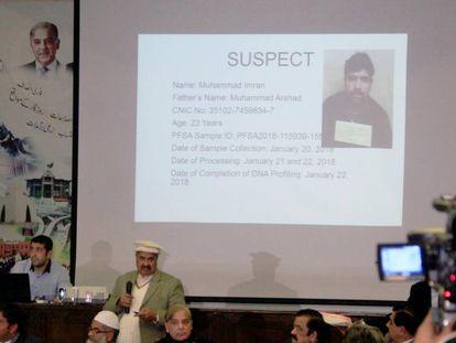 Imagen del detenido por la muerte de la niña de siete años, este martes en una rueda de prensa en Pakistán.