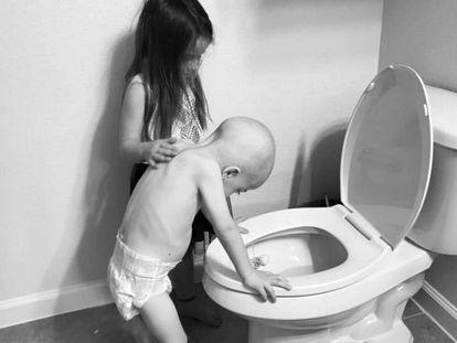 Foto en la que se ve como Audrey (5 años) consuela al pequeño de 4.