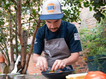 El chef Daniel Contreras preparando un plato.