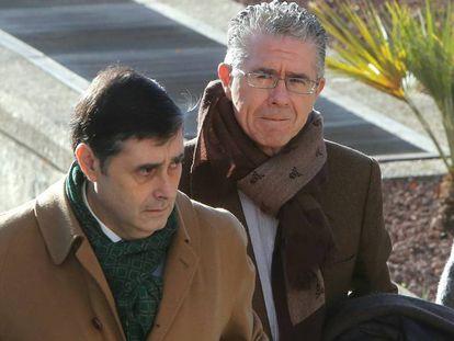 El exconsejero Francisco Granados, a la derecha, llega a la Audiencia Provincial para declarar en el juicio del 'caso espías', este viernes.