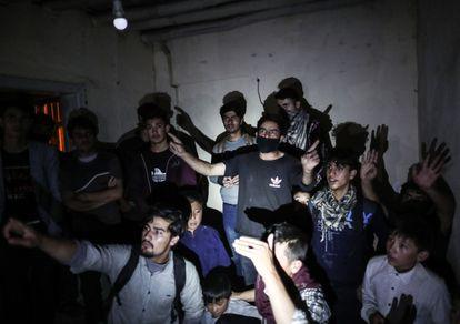 Ciudadanos afganos eran descubiertos por las fuerzas de seguridad turcas el miércoles en una casa utilizada por los traficantes de migrantes en la zona fronteriza de Van.